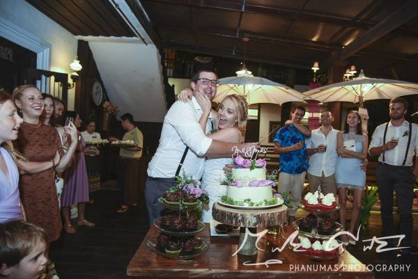 Bride and groom cut the cake - Chaing Mai wedding Thailand