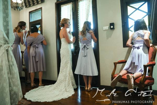 Emily-and-Toms-Chiang-Mai-wedding-Thailand-bride-and-bridesmaids-waiting-for-the-ceremony-to-begin